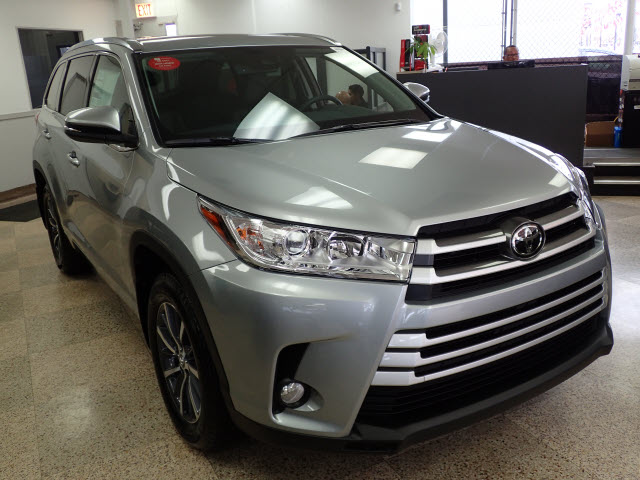 new 2017 toyota highlander xle awd xle 4dr suv in chicago 170297 midtown toyota. Black Bedroom Furniture Sets. Home Design Ideas
